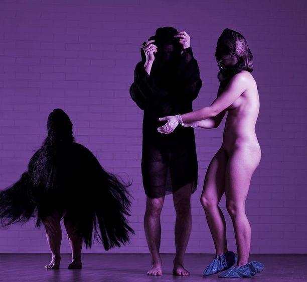 Seksuaalisuutta käsittelevässä esityksessä on muun muassa alastomuutta ja sitomista. Osana esitystä tilassa järjestetään myös reivit.