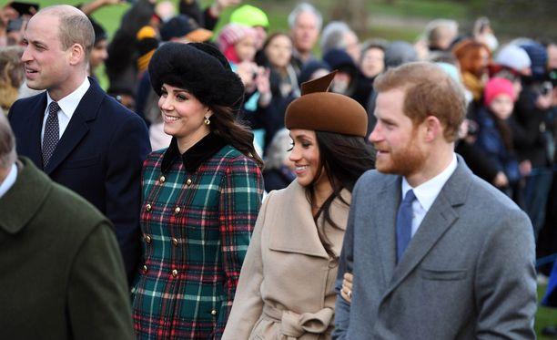 Kuvatoimiston kuvissa kuninkaalliset katsovat enimmäkseen pois päin kamerasta.