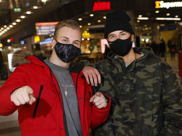 Jarkko Virtanen ja Rafael Lindroos kokevat olevansa melko tyytyväisiä elämään koronasta huolimatta. Korona on maksanut kaveruksille työpaikkoja ja ulkomaanmatkoja.