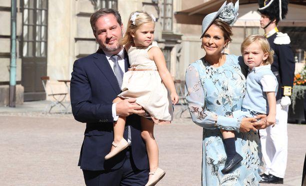 Prinsessa Madeleine ja Chris O'Neill saapuvat juhliin ilman lapsia.