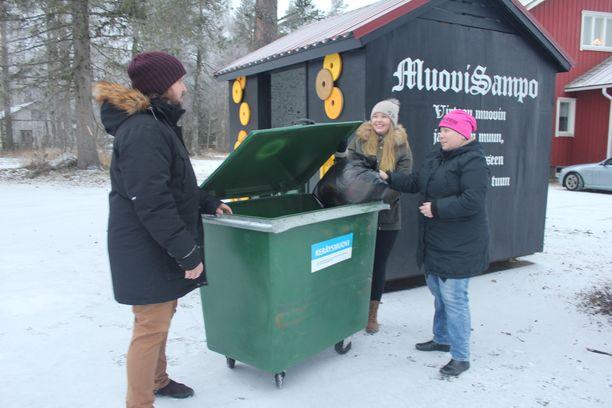 Tuula Pahankala toi muovia kerätykseen Johannes Aallon ja Suvi Osalan seuratessa.