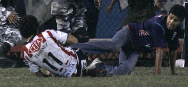 Henry Gimenez (vas.) kaatui lyönnistä maahan, mutta ei onneksi loukkaantunut vakavasti.