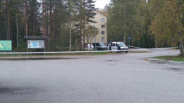 Poliisit tutkivat tällä hetkellä maastoa Kajaanin Otanmäessä.