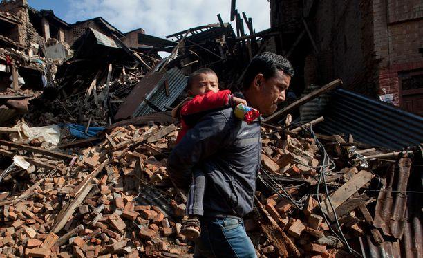 Mies kantoi lasta Kathmandun lähiössä maanantaina.