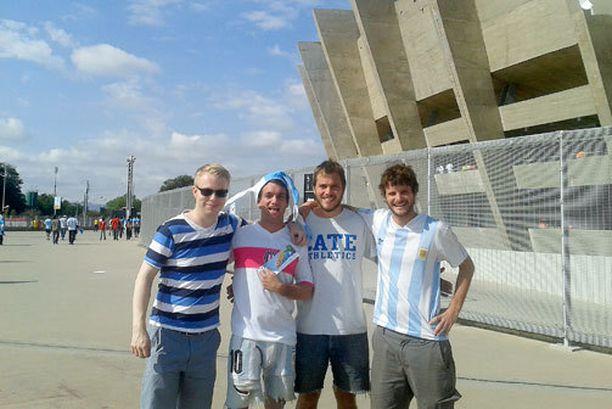 Allekirjoittanut, Gonzalo, Santiago ja Juan Mineirão-stadionin edustalla.
