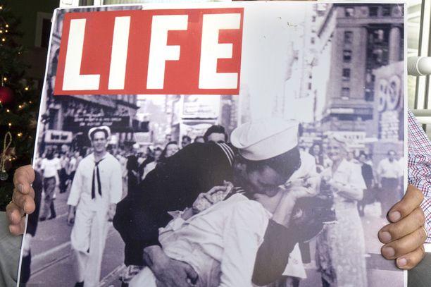 Alfred Eisenstaedt ottama valokuva julkaistiin Life-lehden kannessa.