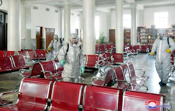Pohjois-Korean uutistoimiston julkaisemassa kuvassa desinfioidaan odotustilaa koronaviruksen leviämisen estämiseksi, vaikka maassa ei virusta olekaan.