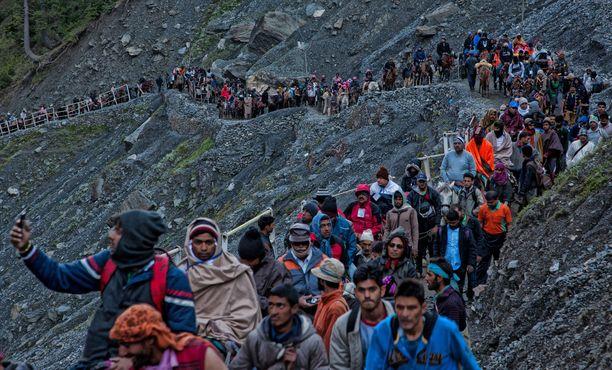 Hindupyhiinvaeltajia matkalla kohti Amarnathin pyhäkköä Kashmirissa Himalajalla vuonna 2015.