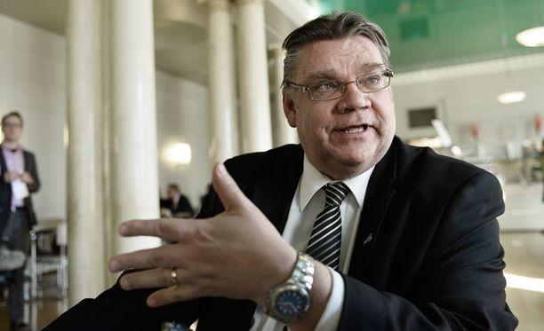 Timo Soini käyttää uutuuskirjassaan reipasta kieltä. Nimittelyltä eivät säästy edes puoluetoverit.