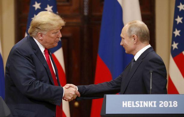 Keskusteluyhteyden avaus ja mahdollisuus solmia ydinaseita rajoittava sopimus on yksi Helsingin huippukokouksen kiitellyimmistä saavutuksista. Kuvassa presidentit Donald Trump ja Vladimir Putin kättelevät Presidentinlinnassa.