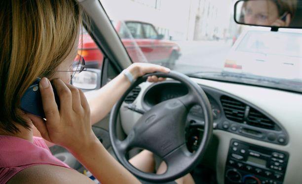 Kännykkään puhuminen ajaessa voi helposti koitua kohtaloksi.