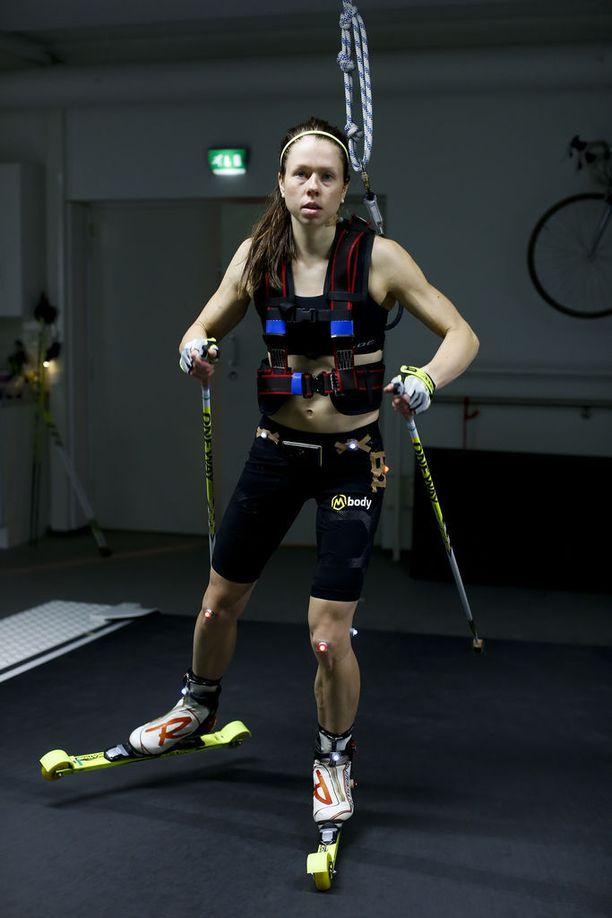 Laura Monosella on kovat kestävyysominaisuudet. Kuvassa nainen pumppaa Jyväskylän testeissä vuonna 2015. Mononen hiihti sunnuntaina Suomen ankkurina Ranskan maailmancupin viestissä. Norja voitti, Suomi oli toinen ja Ruotsi kolmas.
