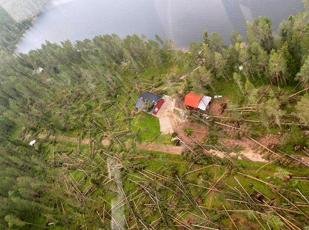 Myrsky kaatoi Taivalkoskella valtavia määriä puita teille ja myös talojen päälle. Viranomaisten mukaan henkilövahingoilta kuitenkin tiettävästi vältyttiin.