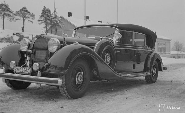 Yksi Hitlerin Mannerheimille lahjoittamista autoista oli Mercedes Benz 770 F-Cabriolet. Kun Mannerheimista tuli presidentti vuonna 1944, hän ei enää käyttänyt tätä autoa poliittisista syistä. Vuoden 1946 jälkeen auto myytiin Ruotsiin, jonka jälkeen auton omistaja vaihtui usein. Lopulta auto päätyi Yhdysvaltoihin, jossa sitä kaupattiin 1970-luvulla Hitlerin mersuna. Ilmeisesti auto on yhä Yhdysvalloissa.