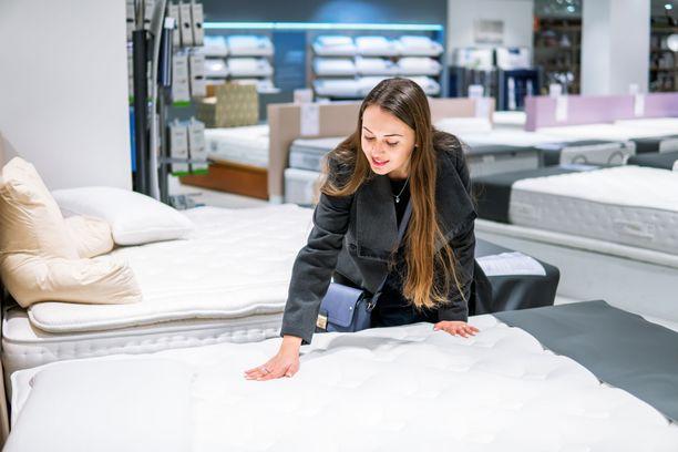 Pienessä kodissa ei välttämättä tarvitse sohvaa. Sängyn voi pedata vilttien, päiväpeitteen ja isojen tyynyjen avulla sohvan korvikkeeksi.