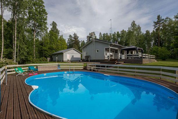 Kirkkonummella sijaitsevan omakotitalon allasalue on valtava. Kyseessä on lämmitettävä uima-allas - sekä puulämmitys että maalämpö onnistuvat.