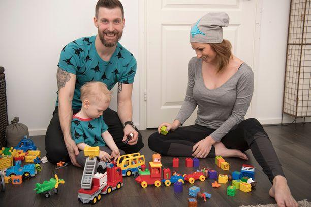 Sasu, Katri ja Elias ovat tiivis perhe. Illat Sasun tultua kotiin sujuvat leikkien.