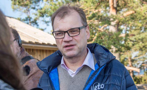 """Pääministeri Juha Sipilä kertoi alun perin eriarvoistumiskehityksen pysäyttämiseen tähtäävän työryhmän perustamisesta puoluevaltuuston kokouksessa marraskuussa. Sipilä kannusti puheessaan keskustaväkeä puhumaan """"hätää kärsivien äänellä, tavallisen arjen äänellä""""."""