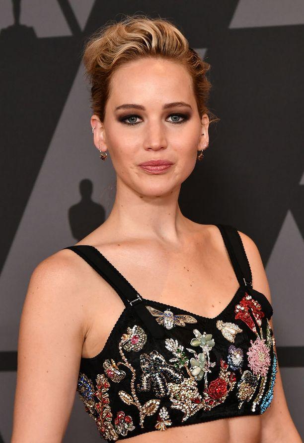 Jennifer Lawrence on totuttu näkemään punaisella matolla eleganteissa nutturoissa ja tummassa silmämeikissä.