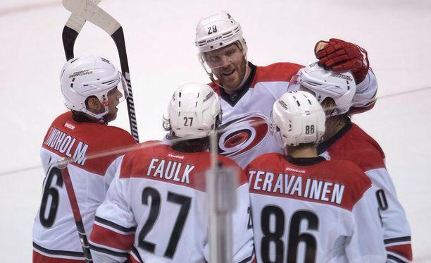Carolina Hurricanesin Teuvo Teräväinen ja Sebastian Aho keräsivät tehopisteitä lauantain ja sunnuntain välisenä yönä pelatulla NHL-kierroksella.