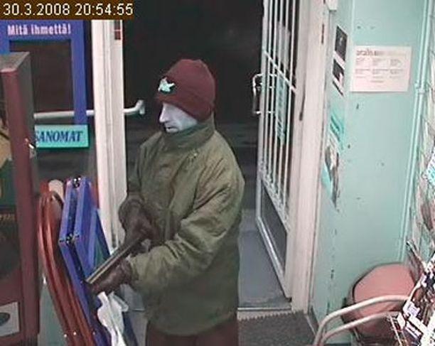 Katkaistun haulikon kanssa R-kioskin ryöstänyt mies tallentui valvontakameraan.