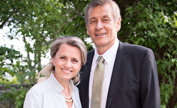 Päivi Räsänen edusti keskiviikkona Ison-Britannian suurlähetystössä Niilo-miehensä kanssa.