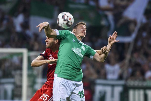Bremenin Niklas Moisander taisteli pallosta Bayernin  Thomas Müllerin kanssa.