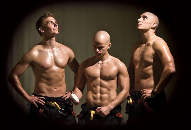 Helmikuun kuvassa palomiehet palohälyttimen kanssa.