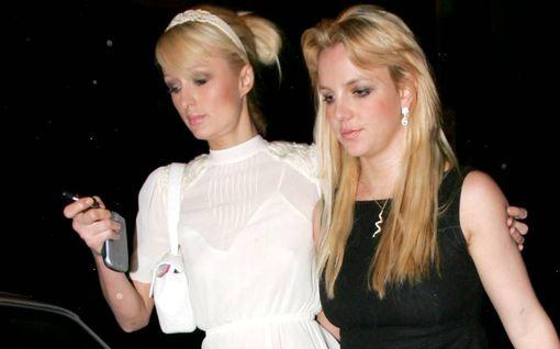 Paris Hilton onnitteli Britney Spearsia nostalgisilla bilekuvilla - väitti keksineensä selfien