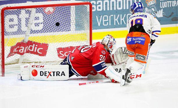 HIFK:n pelin koko kuva: puolustajia ei näy missään, ja kiekko on maalivahti Kevin Lankisen selän takana. Veli-Matti Savinainen saa tehdä vapaasti Tapparan viidennen maalin.