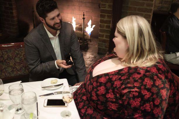 Chris ja Joy ovat tottuneet ennakkoluuloihin ja siihen, että Chrisin tarkoitusperät kyseenalaistetaan.