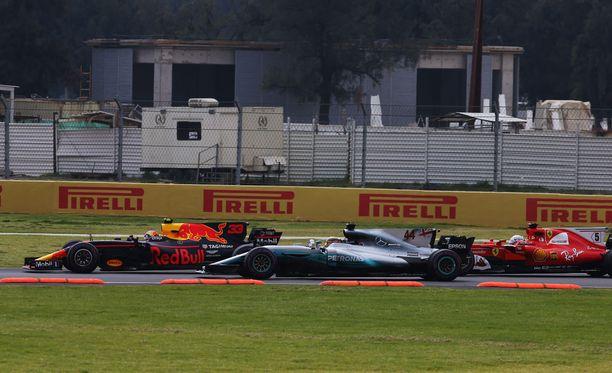 Johtoasemansa menettänyt Sebastian Vettel (oik.) ei sulata Lewis Hamiltonin lipsahtamista ohi.