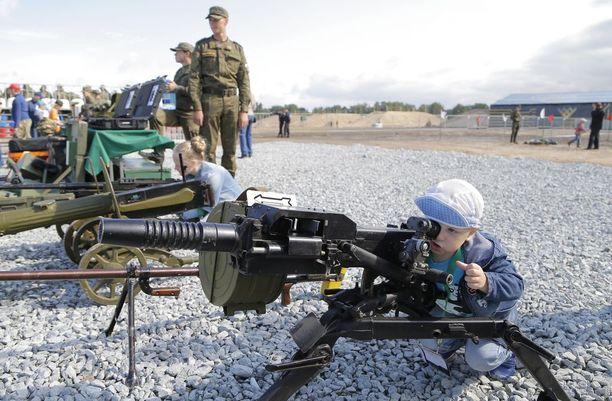 Pikkupoikakin on kiinnostunut sotilaiden olympialaisten aseista.