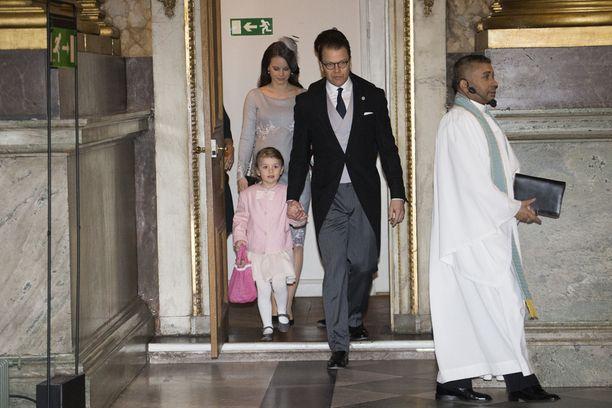 Estelle saapui kirkkoon käsi kädessä isänsä prinssi Danielin kanssa. Taustalla ensimmäistä lastaan odottava prinsessa Sofia.