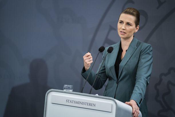 Tanskan pääministeri Mette Frederiksen on tyytyväinen rajoitusten tehoon.