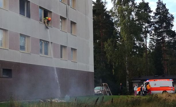 Tulipalon syttymissyytä ei tiedetä, mutta palo on lähtenyt liikkeelle kerrostalokaksion makuuhuoneesta.