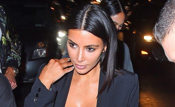 Myös Kim Kardashian itse nähdään usein julkisuudessa melko alusvaatemaisissa yläosissa.
