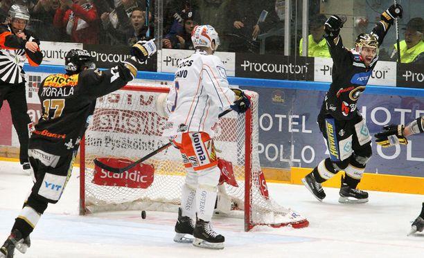 Pekka Saravo katselee, kun Joonas Donskoi tuulettaa Kärppien 2-0-maalia.