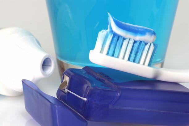 Harjaus kahdesti vuorokaudessa, hammaslangan käyttö sekä ksylitoli- ja fluorivalmisteiden suosiminen ehkäisevät suun ja hampaiden ongelmia.