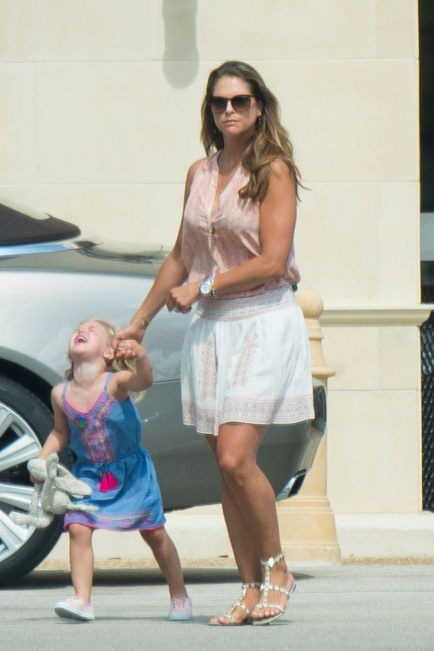 Madeleine perheineen kuvattiin Floridassa jo toukokuussa. Prinsessa Leonoressa on pitelemistä niin arjessa kuin juhlassakin.