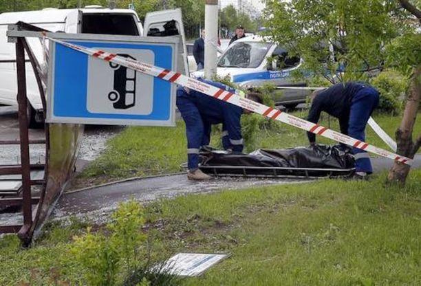 Bussipysäkki oli kaatunut iäkkään miehen päälle.