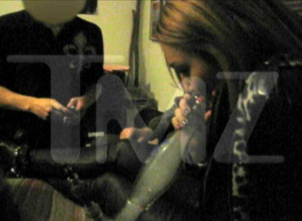 Videolla Miley polttaa vesipiippua.