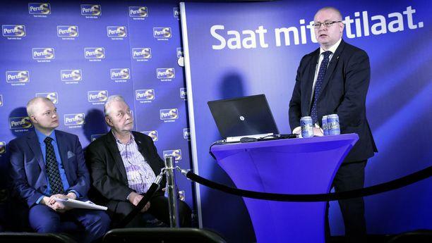Valtiosihteeri Samuli Virtanen (istumassa vasemmalla) on ollut perussuomalaisten ja sinisten vahvoja vaikuttajia. Kuvassa myös PS:n viestintävastaava Matti Putkonen ja ministeri Jari Lindström ajalta, jolloin puolue oli vielä kasassa.