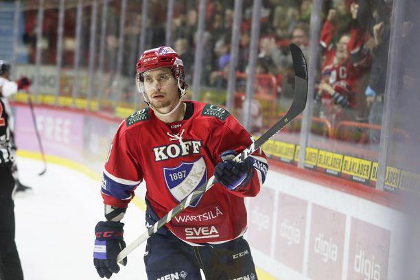 Michael Keränen tuuletti 1-1-maaliaan vakavin ilmein.