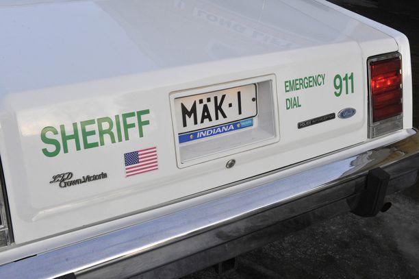 Mäen sheriffiautossa on omistajansa näköinen rekisterikilpi.