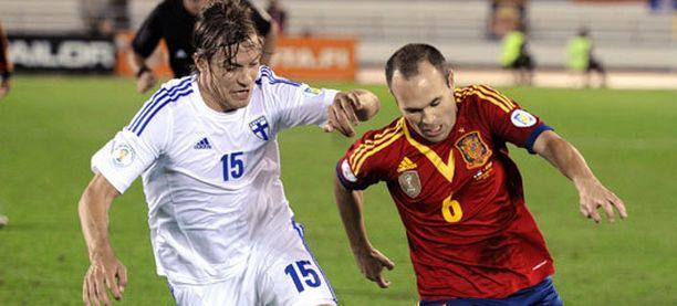 Markus Halsti yritti pysäyttää Andres Iniestaa.