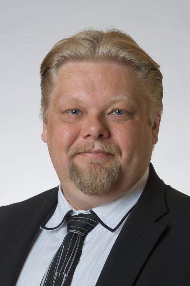 Kansanedustaja Jari Ronkainen (ps) ihmettelee vakuutuslääkärien valtaa.