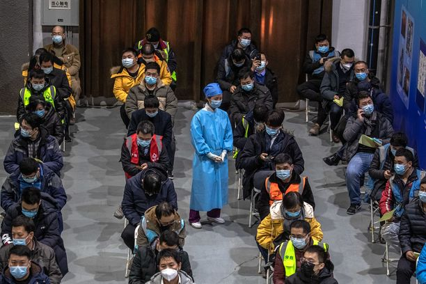 Kiina haluaa parantaa oman Sinovac-koronarokotteensa markkinaosuutta mustamaalaamalla muita. Tässä kansalaiset odottavat omaa pistostaan Pekingissä.