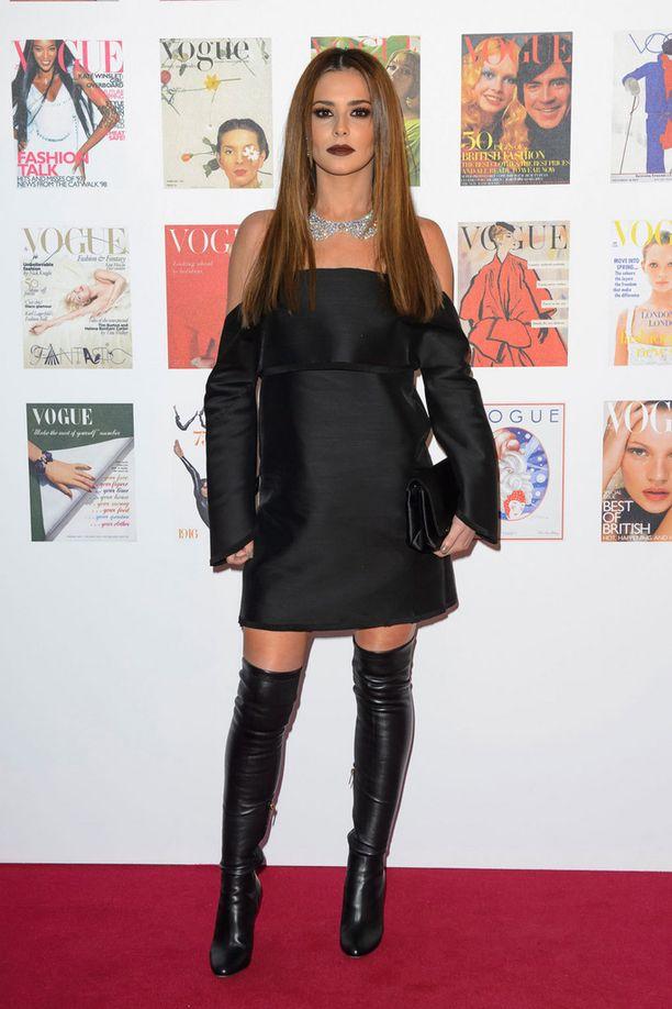 Laulaja Cheryl Cole säväytti tummassa kokonaisuudessa.