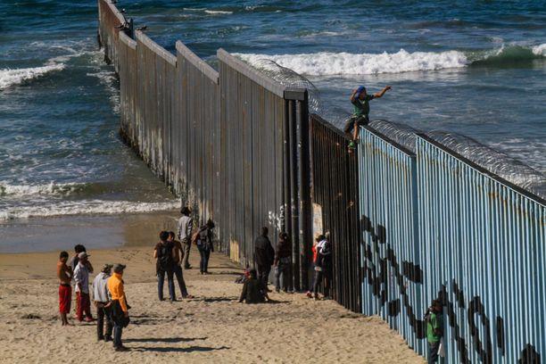 Hondurasista tulleet siirtolaiset odottavat tälläkin hetkellä Meksikon Tijuanassa pääsyä Yhdysvaltoihin.